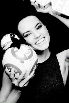 Beautiful Daisy Ridley is hot Hollywood actress, young and sexy celebrity from England. She is best known for her role in Star Wars: The Force Awakens. Rey Daisy Ridley, Star Wars Personajes, Rey Star Wars, The Force Is Strong, Love Stars, Last Jedi, Film Serie, Reylo, Westminster