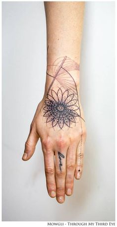'Kundalini' - Graphic style mandala tattoo on the left hand. Tattoo artist: Mowgli lines X