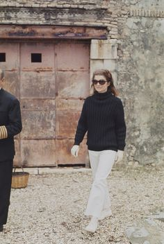 EVGENIA GL JACKIE ON SCORPIOS ISLAND OWNED BY ARI ONASSIS HER HUSBAND Former First Lady of the United States Jacqueline Kennedy Onassis pictured on the Greek island of Skorpios owned by her husband Aristotle Onassis in...
