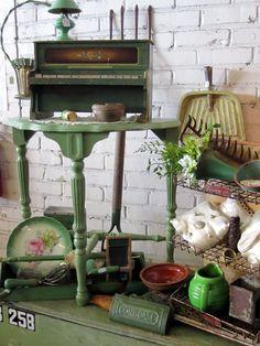 Antiquing at Gibson Mill | homeiswheretheboatis.net #garden #vintage