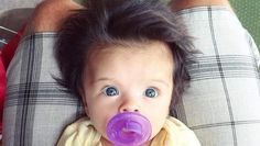Coral est un petit phénomène sur la toile. Ses yeux bleu et sa chevelure incroyable font le bonheur de ses parents... Et des internautes. Coral vit à ...