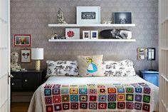 tête de lit avec rangement alternative et plaid tricot multicolore
