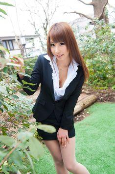 AV女優 あやみ旬果ちゃんのスーツ姿がエロくて可愛すぎるOLコスプレの画像の記事画像1