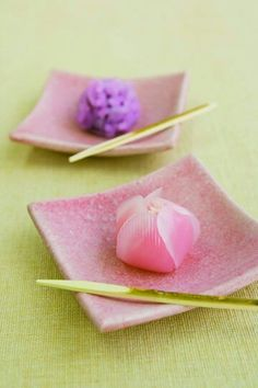 If you like a hands-on experience during your vacation, try a wagashi-making workshop! In Kanazawa (and elsewhere) you can learn to make a number of flower-shaped soft candy, normally eaten at a tea ceremony. Japanese Food Art, Japanese Cake, Japanese Sweets, Eclairs, Japanese Wagashi, Cute Food, Confectionery, Sweet Recipes, Tea Ceremony