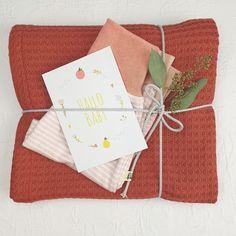 Hier siehst Du eine Vorauswahl an Geschenke Sets mit Gelber Knopf Einzelstücken. Falls Du ein Geschenk für Dich selber oder für Freunde suchst, bist Du hier genau richtig!  Die fertig zusammengestellten Sets hier, diene als Inspiration.  Für mehr bitte auf www.gelberknopf.de gehen und stöbern!   #geschenke #baby #schenken #gelberknopf Diy And Crafts, Gift Wrapping, Inspiration, Fabric Crown, Pastel, Postcards, Gift Wrapping Paper, Biblical Inspiration, Gift Packaging
