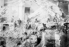 Foto storiche di Roma - Piazza Venezia. Reperti archeologici rinvenuti durante gli scavi per le fondamenta del Palazzo delle Assicurazioni Generali Anno: 1910 ca.