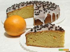 Torta  all'arancia ricoperta con glassa bianca e gocce di cioccolato  #ricette #food #recipes