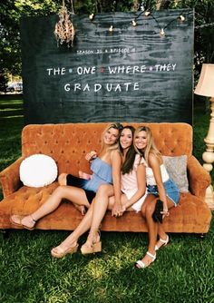 52 Best Graduation Party Ideas Guaranteed To Impress - Bildungsniveau - Graduation pictures,high school Graduation,Graduation party ideas,Graduation balloons Graduation Party Planning, College Graduation Parties, Graduation Party Decor, Grad Parties, Graduation Ideas, Graduation Backdrops, Grad Party Decorations, Graduation Card Boxes, High School Parties