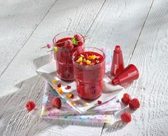 Decorating a smoothie with fruit confetti using triangle® confetti cutters  #smoothies #drinks #decoration # summer