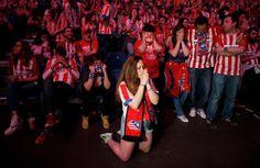 Aficionados del Atlético viendo la tanda de penaltis de la final de la Champions en Madrid