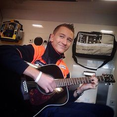 SELFIE DE BUENOS DÍAS MUNDOOO AND MUSIC  Qué mejor manera de empezar la jornada que con un compañero que le guste la música ? Depende claro está. Pero nuestro seguidor @phaelliecks, paramédico en Alemania, seguro que es un músico de los buenos, y nos manda muchos ánimos para comenzar esta jornada.  Buenos días Alemania, buenos días mundooo..!!!  #ambulancias #emergencias #Rettungswagen #Notfälle #TES #TTS #paramedic  http://www.ambulanciasyemergencias.co.vu/2015/08/ALEMANIA.html
