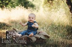 www.leahnicolephotos.com One year old photo shoot with the family. Nature photography and toddler poses. Family photos