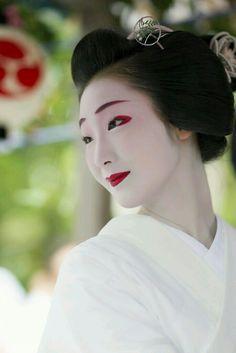 Maiko, Toshiemi. Kyoto. Japan Japanese Face, Japanese Geisha, Japanese Beauty, Japanese Kimono, Vintage Japanese, Japanese Girl, Japanese History, Japanese Culture, Geisha Japan