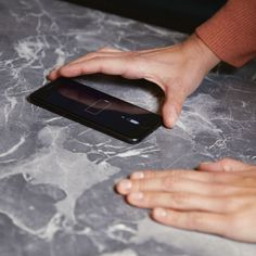 In Arbeitsplatte integrierter Qi-Charger als kabellose Ladestation für mobile Endgeräte. Küchen Design, Galaxy Phone, Charger, Countertop, Contemporary Kitchens