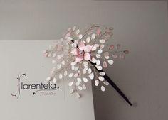 diadema-noesigual-niña-blanco-rosa Diy Jewelry, Handmade Jewelry, Jewellery, Wedding Accessories, Hair Accessories, Bridal Hat, Wire Flowers, 2017 Bridal, Bobby Pins