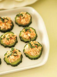 Ricardo& recipe : Shrimp on Cucumber Hors D'oeuvres Shrimp Appetizers, Finger Food Appetizers, Best Appetizers, Appetizer Recipes, Party Recipes, Tapas, Foie Gras, Paleo, Keto