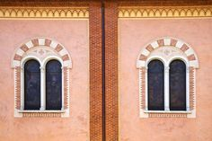 Un punto di vista inusuale per mostrare il fascino dell'Italia: da nord a sud trenta fotografie, selezionate dal sito Skyscanner, che ritraggono le più belle finestre del Paese. Campagna, monti, spiagge e ancora palazzi storici, dimore signorili, cortili, quartieri popolari, vicoli pieni di v