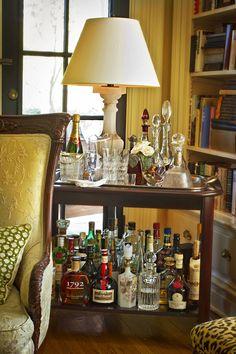 Cocktail Bar ~ Good use of corner space & end table. Bar Trolley, Bar Carts, Drinks Trolley, Bandeja Bar, Bar Tray, Bar Cart Styling, Bar Set Up, Drink Table, Bar Drinks