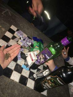 база картинки бухла и сигарет на столе будем