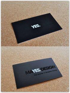 """Tom Mayes.  Come è possibile notare in questa immagine, da lontano il biglietto sembra mostrare solo la scritta """"YES"""" ma, se ci avviciniamo, comprare magicamente anche il resto della frase, """"MAYES.DESIGN""""."""