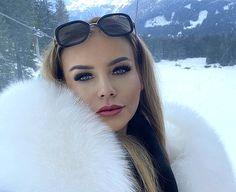 Thick Girl Fashion, Fur Accessories, Sexy Makeup, Exotic Women, Fur Fashion, Collar And Cuff, Fur Collars, Fox Fur, White Fur