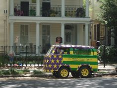 Mini VW in The Garden District, New Orleans. Image by Brad Scrinko.