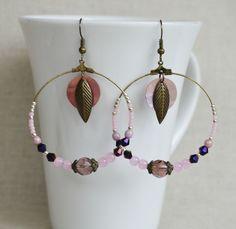 Boucles d'oreille créoles bohème avec breloque plume et perles en verre rose et violet : Boucles d'oreille par bohemiasroad