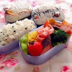 おはようございます(*´˘`)  焼き鮭(骨抜き)、ハム、ブロッコリー ミニトマト、枝豆、甘い卵焼き きのことベーコンのブラックペッパー炒め おにぎらず(梅×塩昆布、ベーコンエッグ) - 16件のもぐもぐ - 旦那ちゃん弁当❤︎ by luvagatsuma