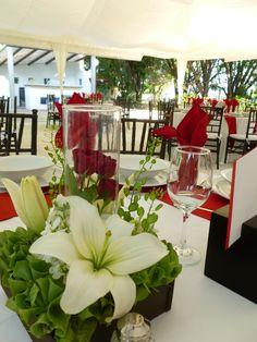 Centro de mesa con detalle de cristal de Florería el Paraíso en Quinta Pavo Real del Rincón www.pavorealdelrincon.com.mx