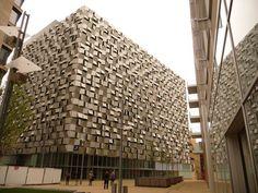 El estacionamiento de la calle Charles (en Sheffield, UK) es una gran linterna urbana. Co 520 plazas de aparcamiento de más de diez pisos y locales comerciales en su planta baja, esta superficie abstracta