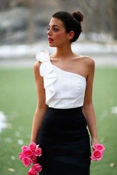 White top black skirt and pink roses White Fashion, Look Fashion, Girl Fashion, Fashion Dresses, Fashion Design, Womens Fashion, Outfit Trends, Western Outfits, White Tops