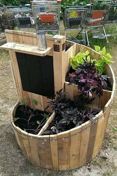 Spiral pallet planter - This is a great idea for a small garden and the chalk board paint completes the look #palletplanter