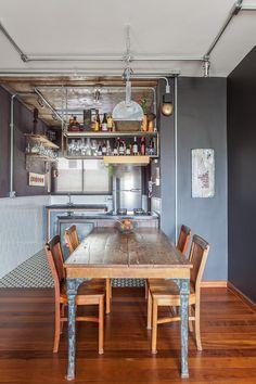 Um apartamento industrial para um senhor de 75 anos cheio de estilo