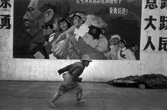 Marc Riboud - Docker à Shanghai, 1965 - Marc Riboud - linda-moni - Photos Marc Riboud, Monochrome Photography, Street Photography, Art Photography, Shanghai, Mao Zedong, French Photographers, Photo B, Magnum Photos