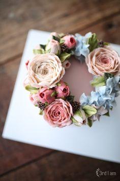 3rd I am weekly cake 창단식때 스튜디오에 꽃을 가득 놓을까 하다가우리가 꽃을 만드니까 그편이 더 좋을...