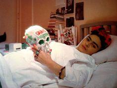 Frida Kahlo hospitalizada con calavera de azúcar. (1950)