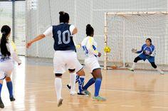 Este es el momento en que Adriana Rengifo dispara potentemente y ubica el balón en el rincón de la portería de paola Andrea Herrera para el 1.-0 a favor del República de Suiza.