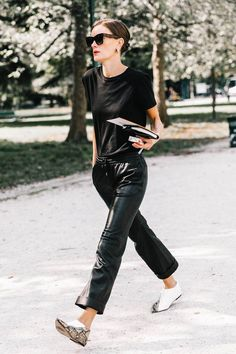 25 + › Inspiration von Fashion Weeks Street Style (Blue ist in diesem Jahr in Mode) Italian Street Style, Nyc Street Style, Rihanna Street Style, European Street Style, Street Styles, Casual Street Style, Cute Tomboy Outfits, Cute Simple Outfits, Mode Outfits