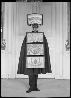 * Publicité pour les parfums Schiaparelli 1952 Homme-sandwich photo François Kollar