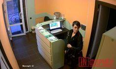 В Севастополе разыскивают воровку [приметы] http://ruinformer.com/page/v-sevastopole-razyskivajut-vorovku-primety  В социальной сети «Вконтакте» появились фотографии того, как в одной из местных стоматологий женщина ворует сумку. Злоумышленница в отсутствие свидетелей достала её из-за стойки регистрации.«Помогите пожалуйста!!!12 октября в 17:15 из стоматологии была украдена сумка с документами (вид на жительство на имя Коломенской Светланы Николаевны)в случае находки просьба сообщить по…