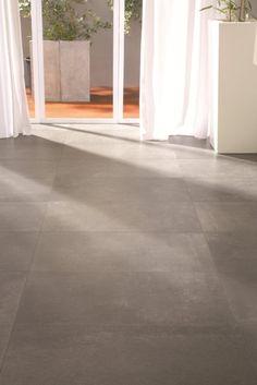 Extra grote tegels met beton look in warme bruine tint