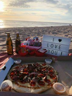 Romantic Date Night Ideas, Romantic Surprise, Romantic Dates, Picnic Date Food, Picnic Foods, Night Picnic, Beach Picnic, Romantic Picnics, Romantic Dinners