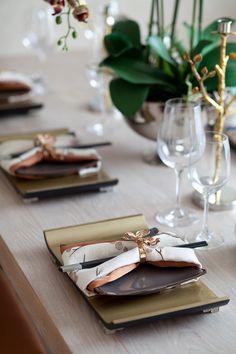 恩嘉陈设--青岛·海上嘉年华样板间 高清摄影 C3 餐厅 Dining Ware, Dinning Table, Dinner Room, Dinner Sets, Japanese Table, Table Setting Inspiration, Table Manners, Table Set Up, New Years Decorations