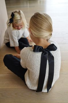White raglan sweaters in sequined yarn and black bows ~~ Gustavogberta