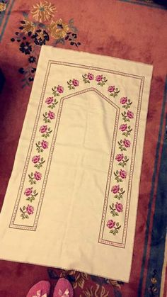 HUZUR SOKAĞI (Yaşamaya Değer Hobiler) Cross Stitch Designs, Cross Stitch Patterns, Abaya Pattern, Towel Embroidery, Palestinian Embroidery, Islamic Prayer, Prayer Rug, Cross Stitch Flowers, Baby Knitting Patterns