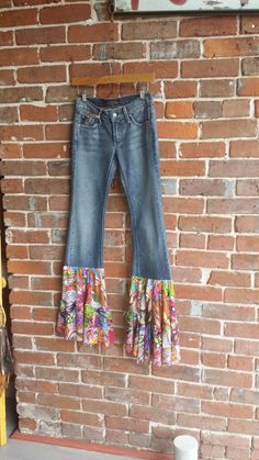 Upcycled Crafts Awesome Etsy - James Jeans OOAK repurposed upcycled altered hippie bell bottom flare jeans 24 waist By ReThreadz Diy Jeans, Jeans Denim, Jeans Recycling, Recycle Jeans, Hippie Vintage, Hippie Jeans, Denim Art, Diy Clothes Videos, Denim Ideas