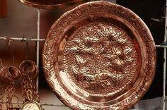 Trucos para limpiar el cobre. El cobre es un metal de color rojizo y brillo metálico que con el tiempo acaba desapareciendo. Poco a poco el cobre se acaba empañando y oxidando, creando un capa verdosa provocada por el constante co...