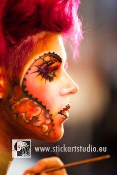 Realizado por Corinne Perez, directora de la escuela de maquillaje artístico y profesional Stick art Studio.