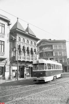 Cladiri in stil romanesc si brancovenesc in zona Cauzasi - aproape de intersectia Caii Vacaresti cu strada Cauzasi. Tramvaiul de pe linia 30 din fotografie facea legatura inntre cartierul Balta Alba si vestul Orasului, la Barajul Ciurel se pot observa firmele micilor mestesugari (ceasornicari, geamgii, croitori, cizmari) care inca se mai aflau in cartier. Fotografia este datata 5 noiembrie 1977 Victorian Photos, Bucharest, Old City, Public Transport, Time Travel, Romania, Environment, Street View, Memories