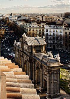 Una vista atípica de la Puerta de Alcalá , Madrid , Spain